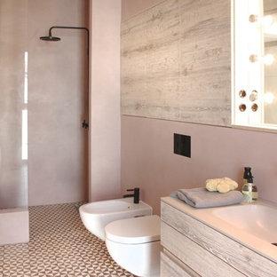 Großes Modernes Duschbad mit flächenbündigen Schrankfronten, hellen Holzschränken, offener Dusche, Bidet, rosa Wandfarbe, integriertem Waschbecken und offener Dusche in Berlin