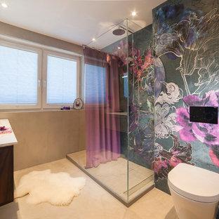 Mittelgroßes Eklektisches Duschbad mit flächenbündigen Schrankfronten, dunklen Holzschränken, offener Dusche, Wandtoilette, bunten Wänden, Betonboden, Einbauwaschbecken und Mineralwerkstoff-Waschtisch in Köln