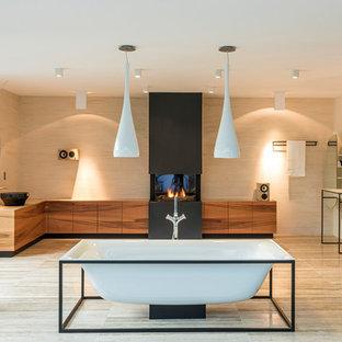 groes modernes badezimmer en suite mit hellbraunen holzschrnken freistehender badewanne beigefarbenen fliesen beigem