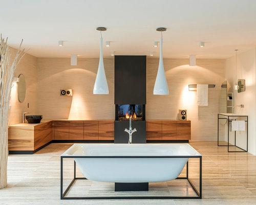 Großes Modernes Badezimmer En Suite Mit Hellbraunen Holzschränken,  Freistehender Badewanne, Beigefarbenen Fliesen, Beigem