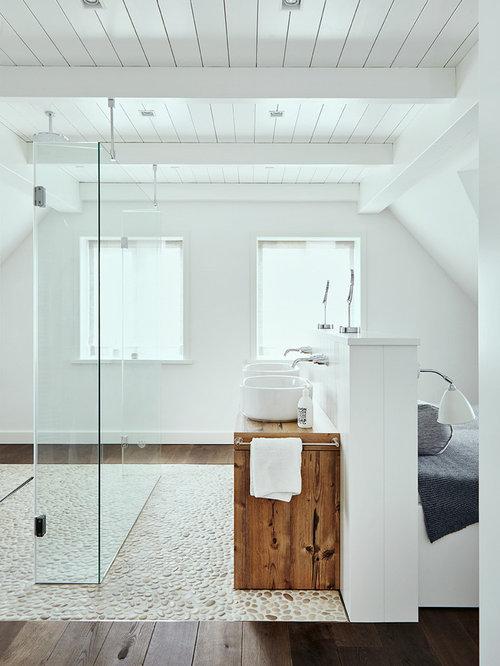 Mittelgroßes Maritimes Badezimmer En Suite Mit Braunen Schränken,  Bodengleicher Dusche, Kalkstein, Aufsatzwaschbecken Und