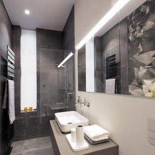 Kleines Modernes Duschbad mit flächenbündigen Schrankfronten, grauen Schränken, offener Dusche, Wandtoilette, grauen Fliesen, weißer Wandfarbe, Aufsatzwaschbecken, grauem Boden, offener Dusche und grauer Waschtischplatte in Berlin