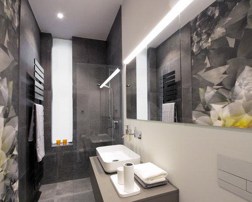 Kleines Modernes Duschbad Mit Flächenbündigen Schrankfronten, Grauen  Schränken, Offener Dusche, Wandtoilette, Grauen