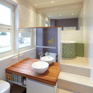 Esempio di una stanza da bagno padronale design di medie dimensioni con top in legno, vasca da incasso, piastrelle bianche, piastrelle verdi, pareti viola, ante bianche, piastrelle a mosaico e lavabo a bacinella