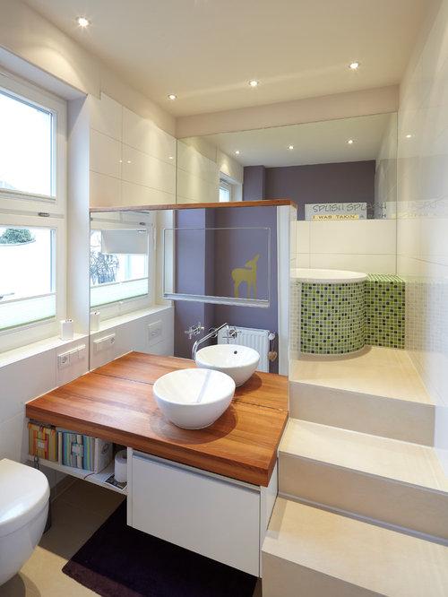 Mittelgroßes Modernes Badezimmer En Suite Mit Waschtisch Aus Holz,  Einbaubadewanne, Weißen Fliesen, Grünen