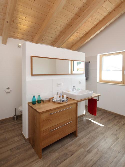 Mittelgroßes Landhaus Duschbad Mit Weißen Fliesen, Aufsatzwaschbecken,  Waschtisch Aus Holz, Offener Dusche,