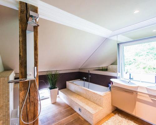 Großes Modernes Badezimmer Mit Flächenbündigen Schrankfronten, Weißen  Schränken, Einbaubadewanne, Offener Dusche, Beigefarbenen