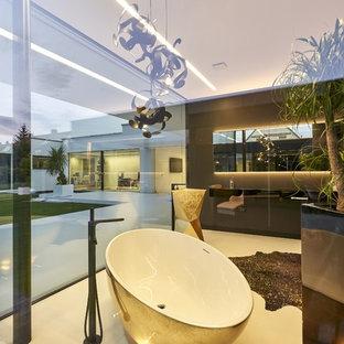 Modernes Badezimmer mit freistehender Badewanne, grauer Wandfarbe, Sockelwaschbecken und weißem Boden in Stuttgart