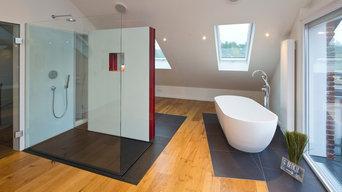 Große Dusche mit Naturstein belegt
