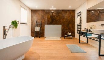 Großes Badezimmer mit freistehender Badewanne