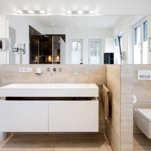 Großes Modernes Duschbad mit flächenbündigen Schrankfronten, weißen Schränken, Wandtoilette, beigefarbenen Fliesen, Porzellanfliesen, weißer Wandfarbe, Porzellan-Bodenfliesen, integriertem Waschbecken, beigem Boden, weißer Waschtischplatte, Doppelwaschbecken und schwebendem Waschtisch in Düsseldorf