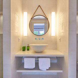 Ejemplo de cuarto de baño con ducha, costero, con armarios abiertos, ducha empotrada, baldosas y/o azulejos beige, paredes beige, lavabo sobreencimera, ducha abierta y encimeras beige