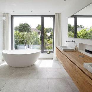 Salle de bain avec des portes de placard en bois clair Cologne ...