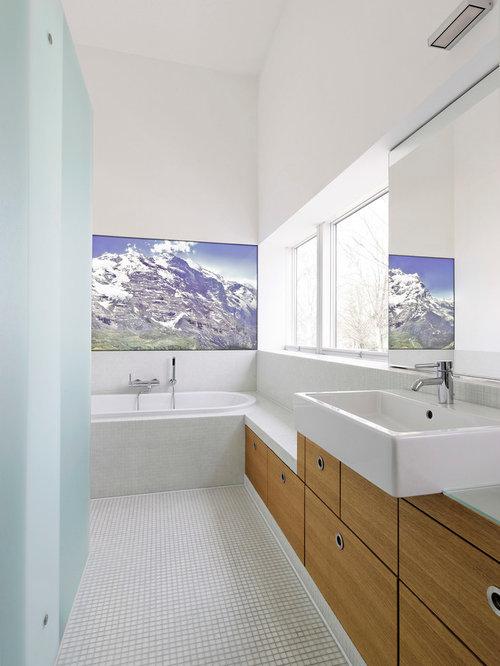 Badezimmer mit einbaubadewanne und mosaik bodenfliesen