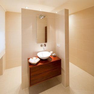 Idéer för att renovera ett stort funkis badrum, med släta luckor, skåp i mörkt trä, beige väggar, ett fristående handfat och träbänkskiva
