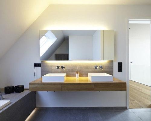 Mittelgroßes Modernes Badezimmer Mit Aufsatzwaschbecken, Flächenbündigen  Schrankfronten, Hellbraunen Holzschränken, Waschtisch Aus Holz,