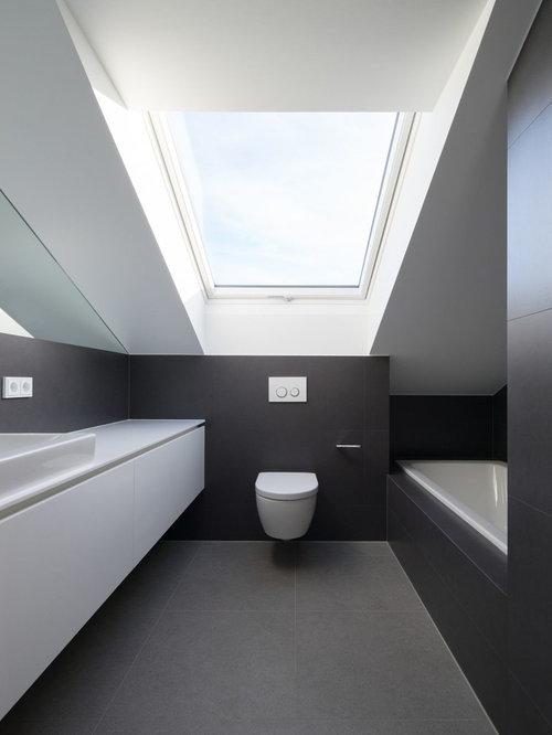 Salle de bain avec un carrelage noir et un wc suspendu for Placard wc suspendu