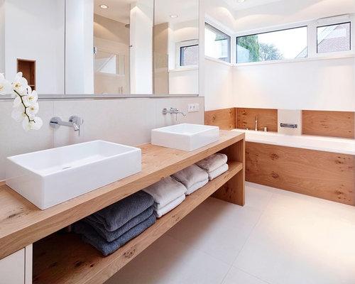 badezimmer mit waschtisch aus holz und weißen fliesen - design,