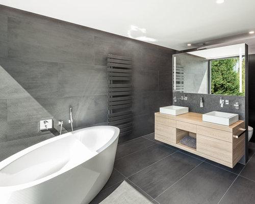 Mittelgroßes Modernes Badezimmer En Suite Mit Aufsatzwaschbecken,  Freistehender Badewanne, Wandtoilette, Schwarzen Fliesen,