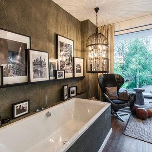 Foto de cuarto de baño con ducha, rural, de tamaño medio, con bañera exenta, combinación de ducha y bañera, paredes negras, suelo de madera en tonos medios y suelo marrón