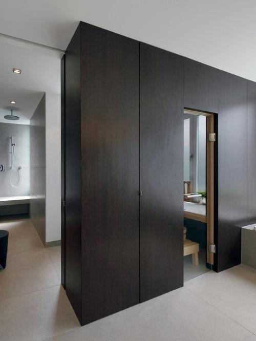 Mittelgroßes Modernes Badezimmer Mit Flächenbündigen Schrankfronten,  Dunklen Holzschränken, Einbaubadewanne, Bodengleicher Dusche, Wandtoilette