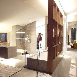Geräumiges Modernes Badezimmer En Suite Mit Einbaubadewanne, Eckdusche,  Grauen Fliesen, Weißer Wandfarbe Und
