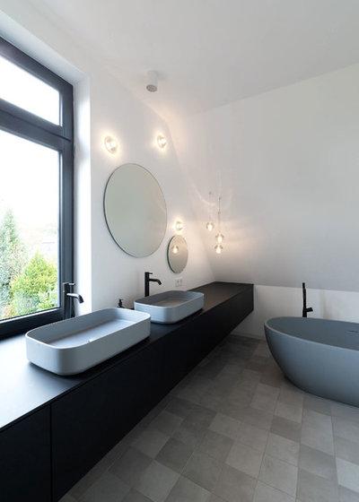 Modern Badezimmer by iD Architektur