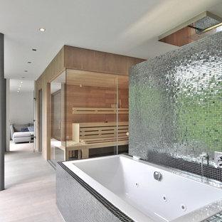 Идея дизайна: большая баня и сауна в современном стиле с накладной ванной, серой плиткой, плиткой мозаикой, коричневыми стенами и светлым паркетным полом