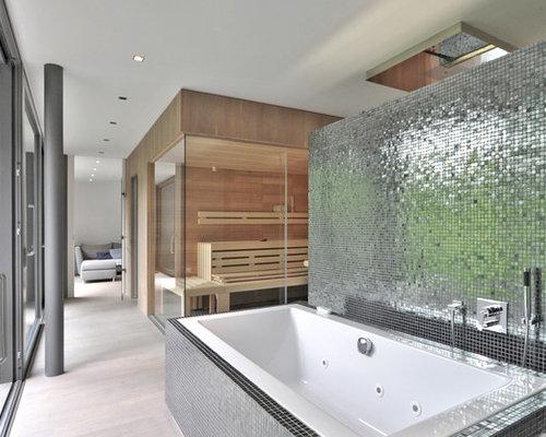 badezimmer mit hellem holzboden und mosaikfliesen ideen design beispiele. Black Bedroom Furniture Sets. Home Design Ideas