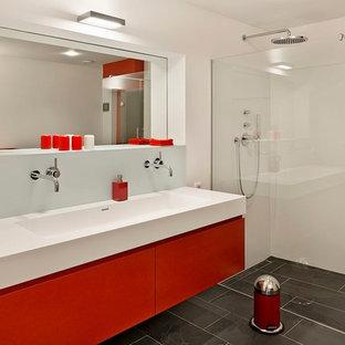 Immagine di una stanza da bagno minimal di medie dimensioni con lavabo rettangolare, ante lisce, ante rosse, doccia ad angolo, pareti bianche e pavimento in ardesia