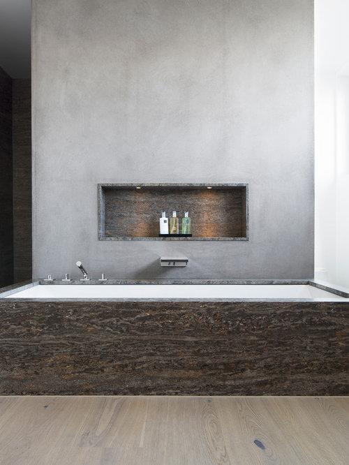 Charmant Modernes Badezimmer Mit Unterbauwanne, Grauer Wandfarbe, Hellem Holzboden,  Grauen Fliesen Und Steinplatten In