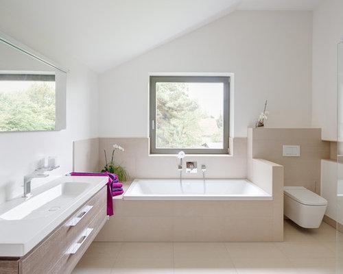 Badezimmer mit integriertem waschbecken und badewanne in nische ...
