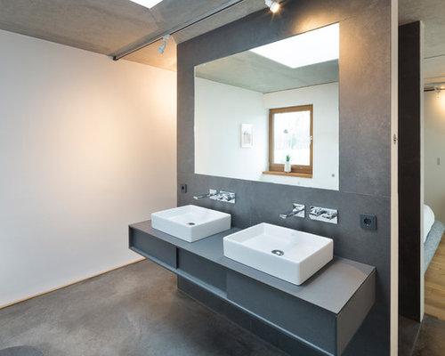Modernes Badezimmer Mit Flächenbündigen Schrankfronten, Grauen Schränken,  Weißer Wandfarbe, Schieferboden Und Aufsatzwaschbecken In