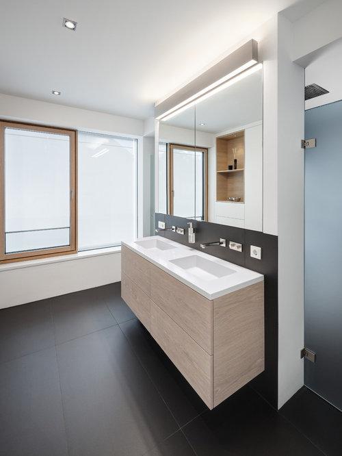 Salle de bain avec des portes de placard en bois clair et for Porte placard salle de bain bois