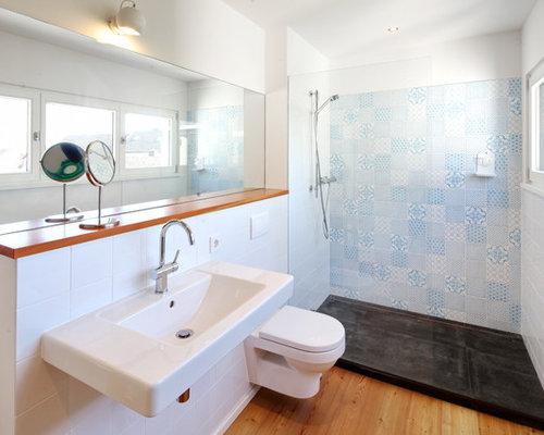 Kleines Modernes Badezimmer Mit Bunten Wänden, Braunem Holzboden,  Wandwaschbecken, Offener Dusche, Wandtoilette