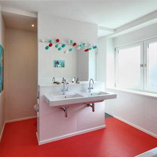Mittelgroßes Modernes Badezimmer Mit Weißen Fliesen, Weißer Wandfarbe,  Keramikfliesen Und Trogwaschbecken In Köln