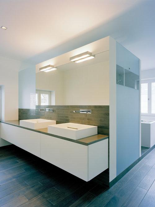 Großes Modernes Badezimmer Mit Flächenbündigen Schrankfronten, Weißen  Schränken, Braunen Fliesen, Weißer Wandfarbe,