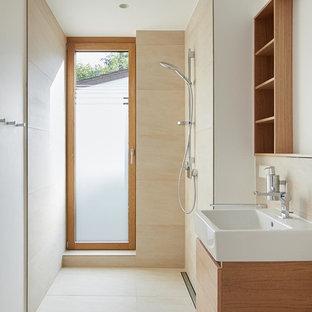Kleines Modernes Badezimmer mit flächenbündigen Schrankfronten, braunen Schränken, bodengleicher Dusche, beigefarbenen Fliesen, weißer Wandfarbe, Aufsatzwaschbecken, Waschtisch aus Holz und offener Dusche in Berlin