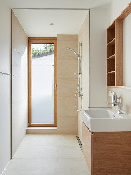 Kleines Modernes Badezimmer Mit Flächenbündigen Schrankfronten, Braunen  Schränken, Bodengleicher Dusche, Beigefarbenen Fliesen,