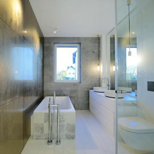 Kleines Modernes Badezimmer Mit Flächenbündigen Schrankfronten, Weißen  Schränken, Wandtoilette, Weißen Fliesen, Grauer