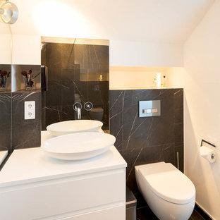 Mittelgroßes Klassisches Badezimmer Mit Flächenbündigen Schrankfronten,  Weißen Schränken, Weißer Wandfarbe, Marmorboden, Aufsatzwaschbecken