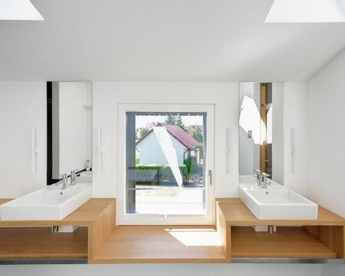 Nordisches Badezimmer Mit Aufsatzwaschbecken, Weißer Wandfarbe Und  Waschtisch Aus Holz In Sonstige