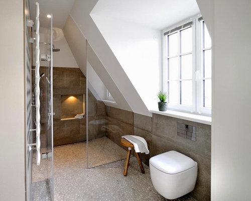 Stanza da bagno con pavimento con piastrelle di ciottoli monaco di