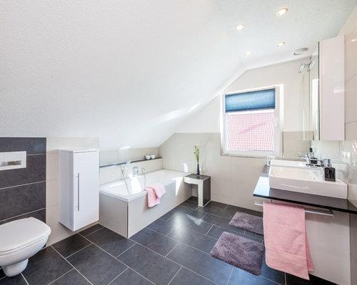 Mittelgroßes Modernes Duschbad Mit Flächenbündigen Schrankfronten, Weißen  Schränken, Einbaubadewanne, Duschbadewanne, Wandtoilette,
