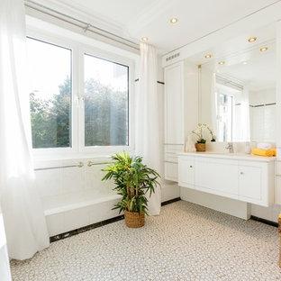 Klassisches Duschbad mit flächenbündigen Schrankfronten, weißen Schränken, Eckbadewanne, weißen Fliesen, weißer Wandfarbe, Mosaik-Bodenfliesen, Unterbauwaschbecken, beigem Boden und weißer Waschtischplatte in Düsseldorf