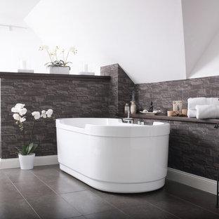 Mittelgroßes Asiatisches Badezimmer En Suite Mit Freistehender Badewanne,  Grauen Fliesen, Weißer Wandfarbe Und Schieferboden