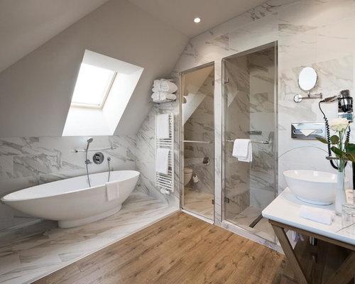 Mittelgroßes Modernes Badezimmer En Suite Mit Freistehender Badewanne,  Weißen Fliesen, Aufsatzwaschbecken, Duschnische,