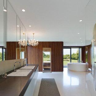 Esempio di un'ampia sauna design con ante lisce, ante bianche, doccia a filo pavimento, lavabo da incasso, vasca freestanding, pavimento bianco, pareti marroni e doccia aperta