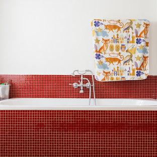 Ejemplo de cuarto de baño bohemio con bañera encastrada, combinación de ducha y bañera, baldosas y/o azulejos rojos, baldosas y/o azulejos en mosaico y paredes blancas