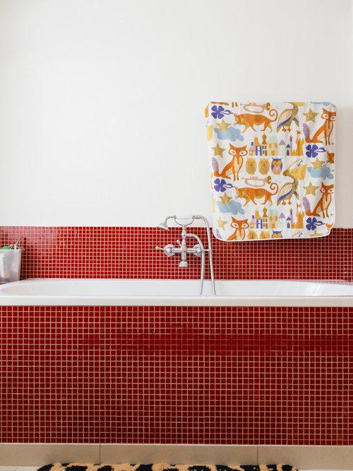 Stilmix Badezimmer Mit Einbaubadewanne, Duschbadewanne, Roten Fliesen,  Mosaikfliesen Und Weißer Wandfarbe In Berlin